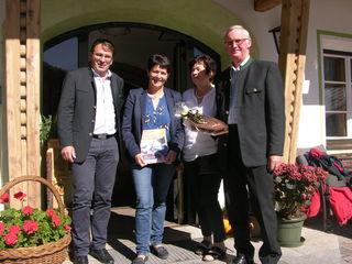 V.l.n.r.: Bgm. Anton Schiffmann, Bezirksbäuerin Helga Brunschmied, Maria und Alois Melmer
