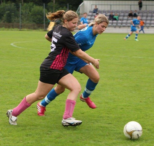 Pilic vom FCA im Zweikampf mit der Gegnerin.