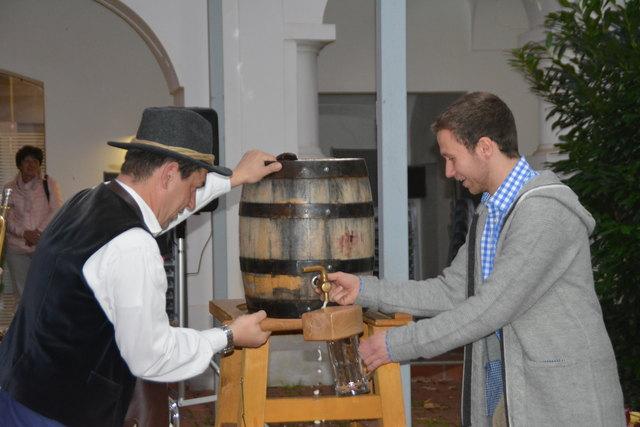 Bgm. Martin Csebits und Josef Schuch eröffneten mit dem Bieranstich das Trachtenfest.