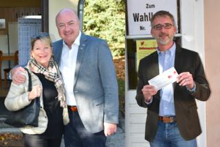 Gerda und Christian Stocker vorm Afritschheim-Wahllokal, Jürgen Konecny (r.) vorm Wahllokal in der Musikschule Herzog-Leopold-Straße.