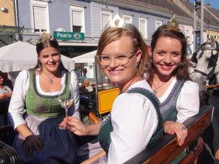Hoheiten beim Festumzug in Leibnitz unter sich: (v.l.) Weinkönigin Katja I. mit den Weinhoheiten Lisa und Maria standesgemäß in einer prächtigen Kutsche.