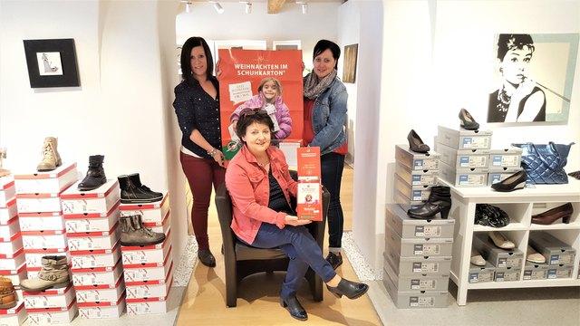 """Christina Pöltl, Gertrude Pöltl, Gabriele Schweighofer unterstützen die Aktion """"Weihnachten im Schuhkarton""""."""