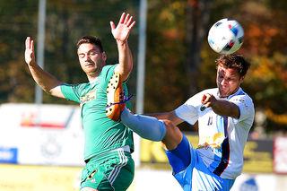 Schwanbergs Dragan Ljubanic (l.) musste nach einem Handspiel mit Rot vom Feld, später erwischte es auch St. Peters Philipp Lambauer (r.) mit Gelb-Rot.