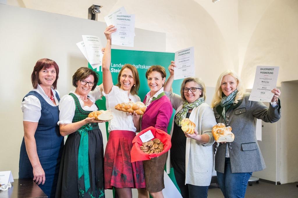 Die Verkostungschefin Eva Lipp mit Stefanie Kern, Eva Zach, Maria Pein, Elisabeth Monschein und Martina Auer (v.l.).