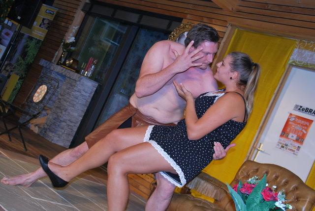 Oskar Dörfler und Bettina Christöphl mit vollem Körpereinsatz auf der Zebra-Bühne