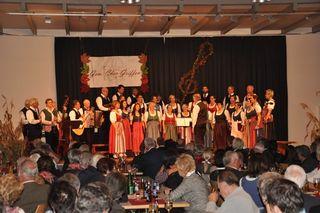 """Der Gemischte Chor Griffen unter der Leitung vin Gerti Proßegger (links) mit der """"Volksmusik Asprian"""" unter der Leitung von Gerhard Asprian"""