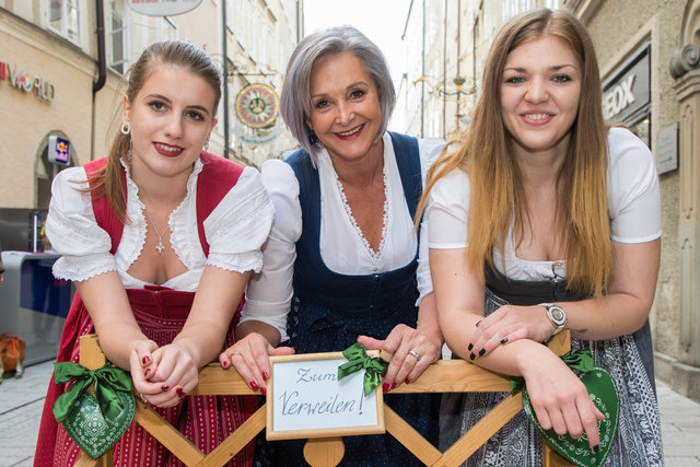 Medina Hodic, Trachtenkönigin Margit Wenger und Patricia Wallner luden auf ihrem Bankerl zum verweilen