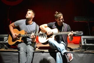 """Mit dem Lied """"Mama"""" verabschiedeten sich Paul Pizzera und Otto Jaus bei ihrem Konzert in der Stadthalle Fürstenfeld."""