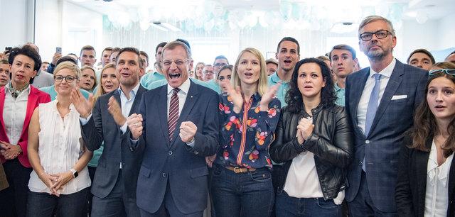 Landeshauptmann Thomas Stelzer und die Spitzen der oberösterreichischen Volkspartei freuen sich über den Wahlsieg.