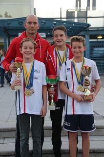 Trainer Tamás Plangár mit den Gesamtsiegern Felix Schumich, Robin Jäger und Hannes Oberhauser (v.l.n.r.)