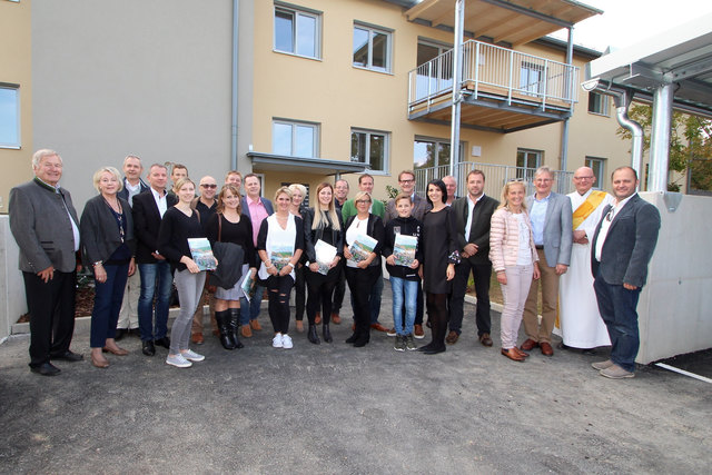 Die neuen Mieter mit Bgm. Marcus Martschitsch, den Hauseigentümern und Vertretern der am Umbau beteiligten Firmen.
