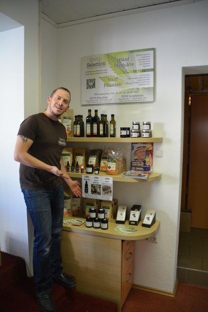 Stefan Fries präsentiert seine Hanfprodukte im Orthopädie-Geschäft in Wieselburg.