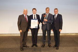 Die Übergabe des Pegasus-Award an die Raiffeisenbank Wartberg an der Krems im Linzer Design Center