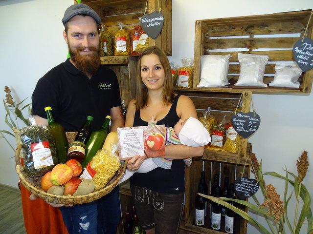Doppeltes Glück: Christoph Platzer mit Gattin Nicole und der kleinen Alina im brandneuen Bauernladen.