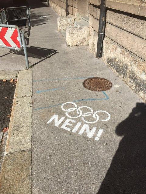 """Zwei Meter vor dem Wahllokal wurde diese Wahlwerbung für ein """"Olympia-Nein"""" angebracht."""