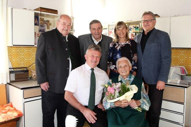 Jubilarin Maria Pötscher mit LAbg. Hubert Lang, Sohn und Bgm. Franz Pötscher mit Gattin Christa, Franz Wilfinger und Johann Wilfinger.