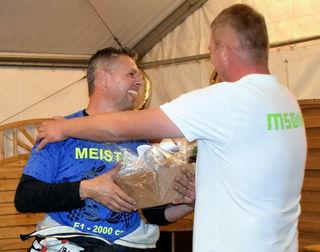 Michael Wels wird zum Sieg im Bergrallyecup beglückwünscht.