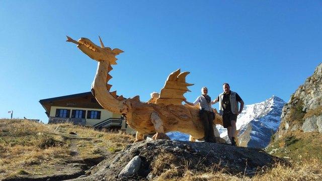 Alexandra und Andreas Mühlberger begrüßen den Drachen vor ihrer Hütte.