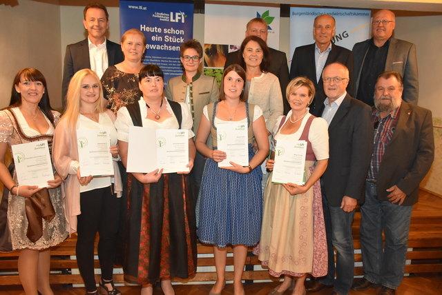"""Die Absolventinnen des Zertifikatslehrganges """"Bäuerliche Direktvermarktung"""" mit Vertretern der burgenländischen Landwirtschaftskammer."""