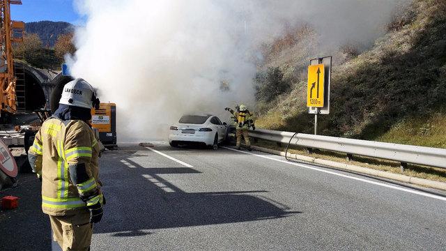 Der Fahrzeugbrand ereignete sich unmittelbar vor dem Portal des Pianner Tunnels.
