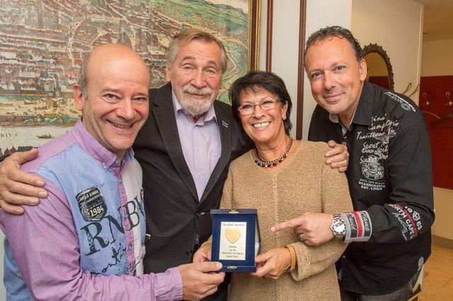 """Andy Lee Lang, Peter Rapp und Christl Prager mit Wolf Frank und seinem """"Goldenen Wienerherz""""."""