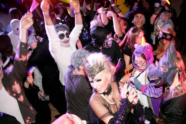 Beim Halloween-Clubbing in der Stiegl-Brauwelt sorgen die Hits der 90er auch auf der Tanzfläche für ausgelassene Party-Stimmung. Bildnachweis: wildbild/ Abdruck honorarfrei!