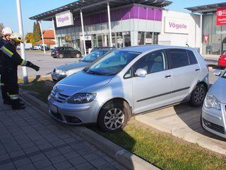 Hoppala: Erneut blieb ein Fahrzeug am Hoferparkplatz hängen.