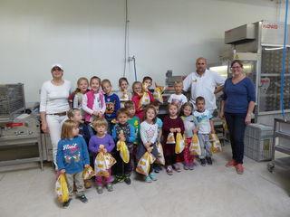 Die Kindergartenkinder schnupperten bei der Bäckerei Bayer in Wolfau.