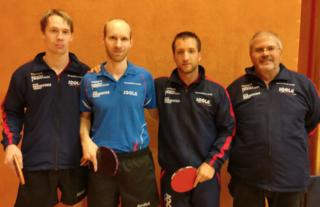 Dominik und Mathias Habesohn, sowie Victor Vajda (mit Obm. Franz Felber) holten den ersten Sieg für den UTTC Oberwart.