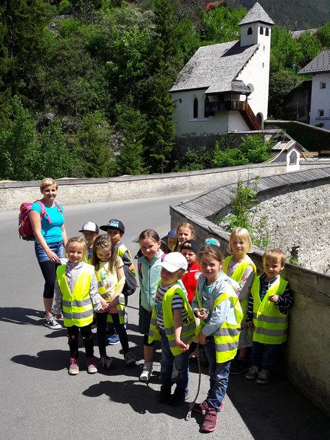 Pedibus im Bezirk Landeck: Die Kinder vom Kindergarten Grins sind mit viel Begeisterung dabei.