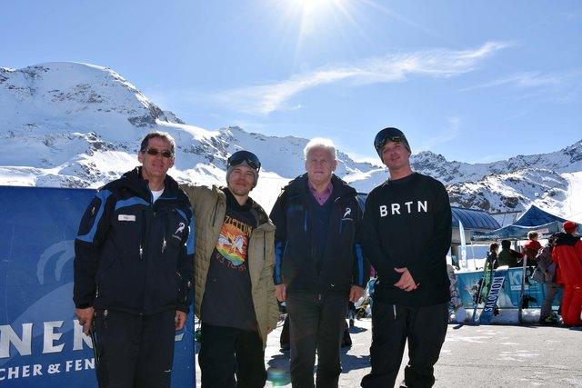 Franz Wackernell (Betriebsleiter Kaunertaler Gletscherbahnen), Roope Tonteri (Sieger des Snowboard-Contest aus Finnland), Eugen Larcher (Geschäftsführer Kaunertaler Gletscherbahnen) und Marko Grilc (Snowboardprofi aus Slowenien).