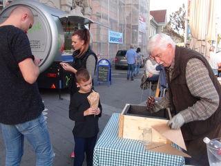 Gutes vom Komberg: Hans-Peter Maurer betreibt nun dienstags am SüdsteierMarkt am Leibnitzer Hauptplatz zusätzlich einen Maronistand vor dem Leibnitzer Rathaus, wo er eigene südsteirische Maroni anbietet.