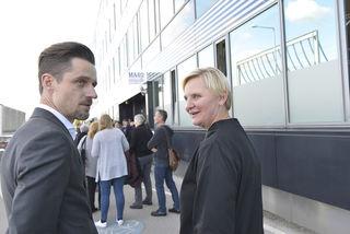 MA 40 Vize-Leiter Daniel Schrotter und Stadträtin Sandra Frauenberger vor dem neuen Sozialzentrum in der Erdbergstraße.