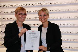 Andrea-Claudia Hofbauer (rechts) gratuliert Dagmar Zach zur bestandenen Lehrabschlussprüfung.