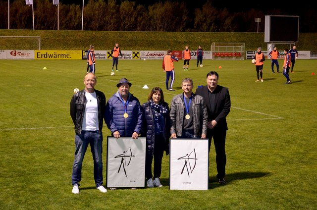 Die beiden Weltmeister Alfred Mühlburger (2.v.l.) und Harald Niederegger (2.v.r.) flankiert von Bgm. Andreas Köll (re.), Vize-Bgm. Elisabeth Mattersberger und Sportreferent Norbert Riepler