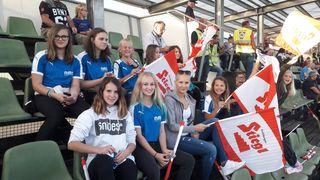 Die Nachwuchsfußballerinnen feuerten Österreichs U19-Team an.