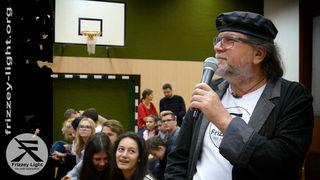 Friedensbotschafter Frizzey Greif beeindruckte die SchülerInnen der NMS Zams-Schönwies mit seinen Hilfsprojekten.