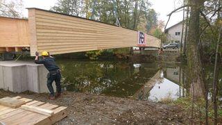 Über 20 Meter führt die Brücke über die Thaya. Am Donnerstag wurde sie auf den Sockel gesetzt.