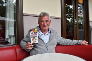 Beim bz-Interview im Café Museum: Raucher Heinz Marecek sitzt auch bei kälteren Temperaturen gerne im Gastgarten.