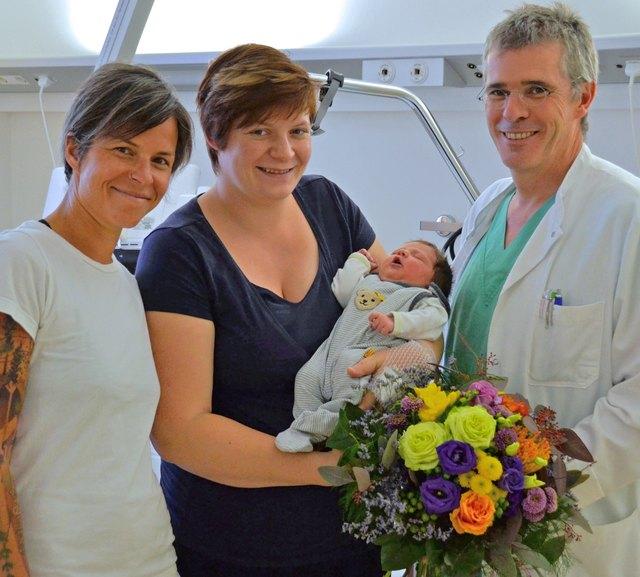 Josef Hager und Hebamme Julia Windischbauer gratulieren Julia Gösweiner herzlich zur Geburt ihrer Theresa.