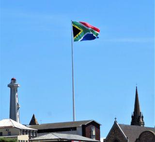 Die größte Flagge von Südafrika weht verbindlich zwischen einer Moschee und einer Kirche! Die besondere Geschichte der südafrikanischen Flagge: Wer kennt sie nicht - die farbenfrohe Flagge Südafrikas? Besonders bei internationalen Sportevents aber auch bei Kulturveranstaltungen und natürlich bei Staatsereignissen ist sie überall zu sehen. Bestehend aus sechs verschiedenen Farben und einem horizontalen Y wurde die Flagge am 27 April 1994, bei den ersten freien Wahlen, zur neuen nationalen Flagge erklärt.