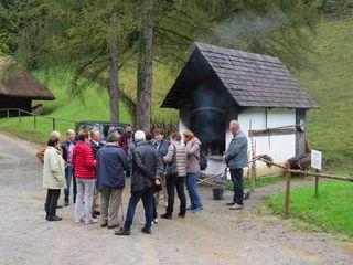 Koglhofer SeniorInnen vor historischen Backofen in Stübing