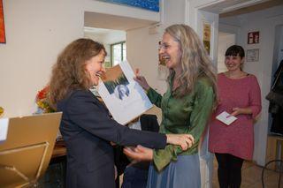 Preisübergabe von Maria Scheibelhofer (li.) an Hermine Ohner.