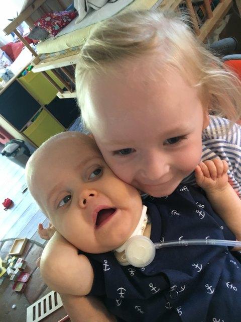 Mattis muss rund um die Uhr betreut werden. Aber auch seine dreijährige Schwester Nora (re.) braucht Aufmerksamkeit.
