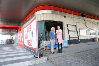 Baustellen-Besichtigung: Roswitha und Katrin Kuttner vor dem Gebäudeanbau am Areal des Interspars. Hier entsteht eine neue Apotheke.