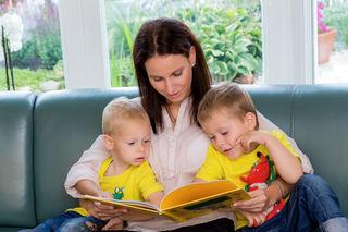Tagesmutter Michaela Gegenhuber mit ihren Söhnen.