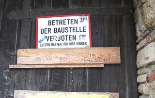 Noch sind die Burgtore verschlossen. Ob die Anlage in Zukunft öffentlich zugänglich sein wird, bleibt fraglich.