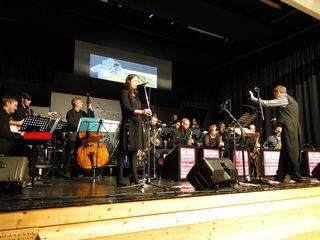 Die Big Band Kulmination und ihre Sängerin Katrin Kanya.