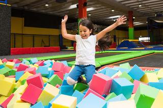 """Bei JumpMaxx, WIens größter Trampolinhalle in Liesing, können sich """"Hüpfbegeisterte"""" jeden Alters austoben."""