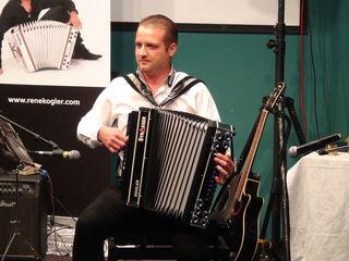 """Rene Kogler, Weltmeister auf der Diatonischen Harmonika, zeigte sich in Gamlitz mit seinem Soloprogramm von seiner """"typisch - untypischen"""" musikalischen Seite."""
